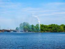 Alsterfontaene (阿尔斯坦喷泉)在Binnenalster (内在Alster湖)汉堡hdr的 免版税图库摄影
