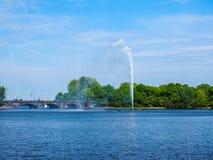 Alsterfontaene (fontaine d'Alster) chez Binnenalster (lac intérieur Alster) dans le hdr de Hambourg Images libres de droits