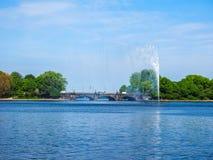 Alsterfontaene (fontaine d'Alster) chez Binnenalster (lac intérieur Alster) dans le hdr de Hambourg Photo stock