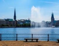 Alsterfontaene (fontaine d'Alster) chez Binnenalster (lac intérieur Alster) dans le hdr de Hambourg Photographie stock libre de droits