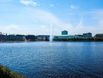 Alsterfontaene (fontaine d'Alster) chez Binnenalster (lac intérieur Alster) dans le hdr de Hambourg Photographie stock