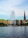 Alsterfontaene (fontaine d'Alster) chez Binnenalster (lac intérieur Alster) dans le hdr de Hambourg Images stock