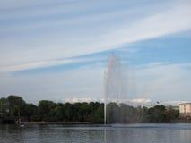 Alsterfontaene (fontana di Alster) a Binnenalster (lago interno Alster) a Amburgo Fotografie Stock Libere da Diritti