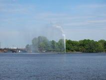 Alsterfontaene (fontana di Alster) a Binnenalster (lago interno Alster) a Amburgo Fotografie Stock