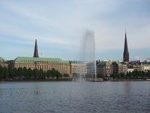Alsterfontaene (fontana di Alster) a Binnenalster (lago interno Alster) a Amburgo Fotografia Stock