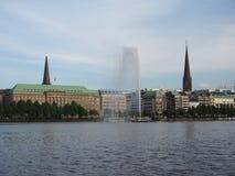 Alsterfontaene (fontana di Alster) a Binnenalster (lago interno Alster) a Amburgo Immagine Stock