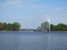 Alsterfontaene (fontana di Alster) a Binnenalster (lago interno Alster) a Amburgo Immagini Stock