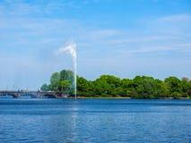 Alsterfontaene (fontana di Alster) a Binnenalster (lago interno Alster) nel hdr di Amburgo Fotografia Stock
