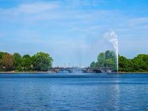 Alsterfontaene (fontana di Alster) a Binnenalster (lago interno Alster) nel hdr di Amburgo Immagine Stock Libera da Diritti