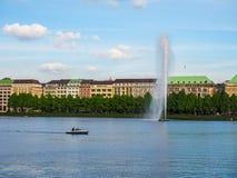 Alsterfontaene (fontana di Alster) a Binnenalster (lago interno Alster) nel hdr di Amburgo Fotografie Stock Libere da Diritti