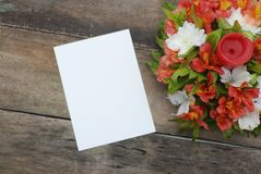 Alstroemeria bianco della carta in bianco di Wmpty il bello fiorisce la Tabella di legno rustica Immagini Stock