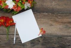 Alstroemeria bianco della carta in bianco di Wmpty il bello fiorisce la Tabella di legno rustica Fotografie Stock Libere da Diritti