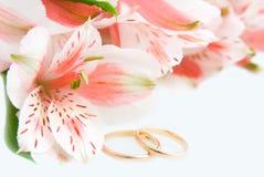 Alstroemeria en gouden ringen royalty-vrije stock afbeeldingen