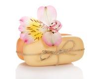 Alstroemeria en twee stukken van de zeep Stock Foto