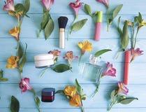alstroemeria houten van de achtergrond bloemenversheid patroon decoratieve schoonheidsmiddelen Stock Afbeelding
