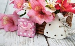 Alstroemeria rosa con il contenitore di regalo Immagine Stock Libera da Diritti