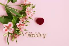 Alstroemeria y caja de las flores con el anillo en fondo rosado Imagen entonada, efecto de la película Fotografía de archivo