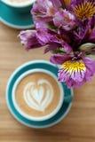 alstroemeriabloemen op de lijst met een kop van koffie Royalty-vrije Stock Foto's