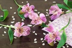 Alstroemeriablumen auf hölzernem Hintergrund Stockbild
