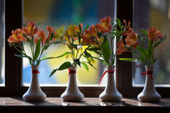 Alstroemeriablumen in einem Vase Stockfotos