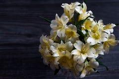 Alstroemeriablumenblumenstrauß auf hölzernem Hintergrund stockfoto