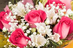 Alstroemerias e rose del giardino in mazzo Fotografia Stock Libera da Diritti