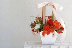 Alstromeria arancio - fiori La disposizione di carta del canestro del regalo della composizione nel mazzo di rosso arancio fioris Fotografia Stock
