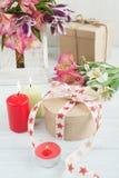 Alstromeria fiorisce nella scatola di legno, accesa candela Fotografie Stock