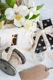 Alstromeria fiorisce nella scatola di legno, regalo Fotografia Stock