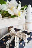 Alstromeria fiorisce nella scatola di legno, regalo Immagini Stock