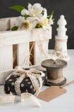 Alstromeria fiorisce nella scatola di legno, regalo Fotografie Stock