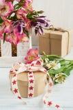 Alstromeria fiorisce nella scatola di legno, regalo Immagine Stock Libera da Diritti