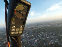 Altímetro en el globo mientras que vuela sobre la ciudad Imágenes de archivo libres de regalías