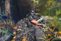 Altöl und ein Bündel Abfall wurden im Wald verschüttet Lizenzfreie Stockfotografie