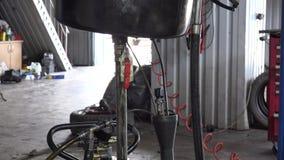 Altölfluß in Autoölersatz-Ausrüstungsreservoir Neigung oben stock video