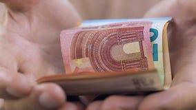 Alt bemannt das Rütteln von den Händen, die sich wenige Eurobanknoten, Armutkonzept, Abschluss zeigen stock video