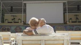 Alt in den Liebespaaren sitzt im Sommerkino stock video