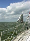Alt ein neues Segelboot lizenzfreies stockbild