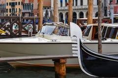 Alt gegen neues in Venedig stockbilder
