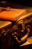 Alt, lederner Koffer der Weinlese mit verklemmtem Journal des Leders auf die Oberseite Stockfotografie