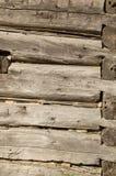 Alt meldet eine antike aufgegebene Blockhauswand an Stockbild