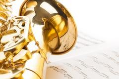 Alt- saxofon med detaljerad sikt av klockan Arkivfoto