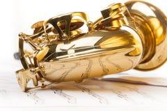 Alt- saxofon med detaljerad sikt från pilbågedelen Royaltyfria Bilder