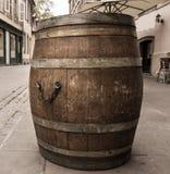 Alt wodden Wein barrell auf Straße in Straßburg, Elsass stockfotografie