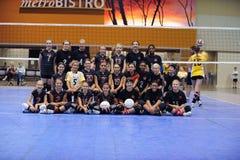 Alta acción del voleibol de las colegialas Foto de archivo