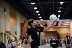 Alta acción del voleibol de las colegialas Imágenes de archivo libres de regalías