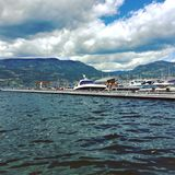 Alta acqua del lago al porticciolo con i turisti Immagini Stock Libere da Diritti