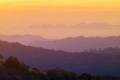 Alta alba di vista nel primo mattino sopra la foresta pluviale con la montagna di strato Fotografie Stock