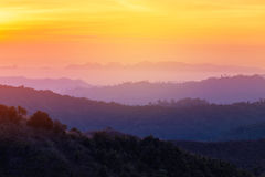 Alta alba di vista nel primo mattino sopra la foresta pluviale con la montagna di strato Immagine Stock Libera da Diritti