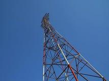 Alta antenna di televisione su un fondo del cielo blu Fotografia Stock